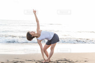 浜辺でヨガの写真・画像素材[1510178]