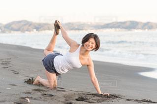 浜辺でヨガの写真・画像素材[1510182]