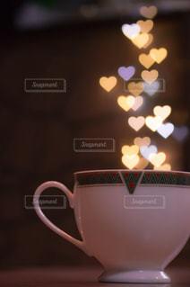 近くにコーヒー カップのアップの写真・画像素材[1120378]