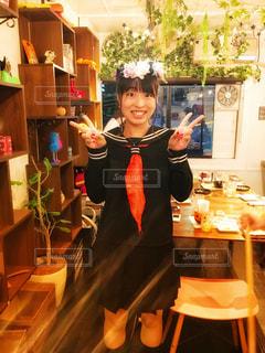 テーブルの前に立っている人の写真・画像素材[841944]