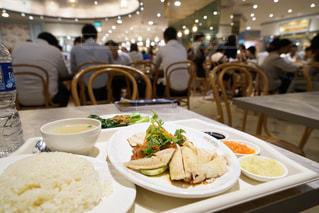 レストランのテーブルの上に食べ物のプレートの写真・画像素材[1154519]