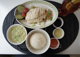 テーブルの上に食べ物のボウルの写真・画像素材[1154523]