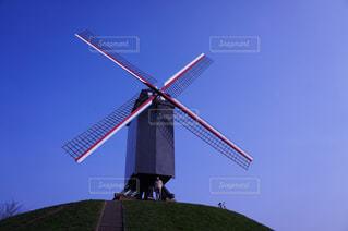 青空に浮かぶ風車の写真・画像素材[1366418]