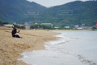 水の体の近くのビーチの人々 のグループの写真・画像素材[1428778]