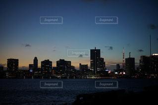 夕暮れ時の都市の景色の写真・画像素材[1703545]