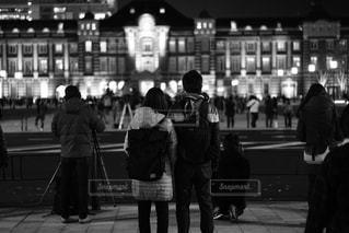 歩道を歩いている人のグループの写真・画像素材[1703964]