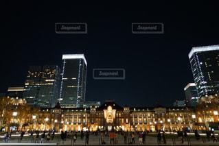 夜のライトアップされた街の写真・画像素材[1703965]