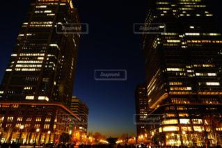 夜のライトアップされた街の写真・画像素材[1703970]