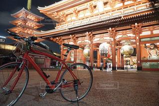 建物の前に停まっている自転車の写真・画像素材[1703982]