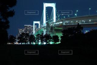 いくつかの水の上の大きな橋の写真・画像素材[1703983]