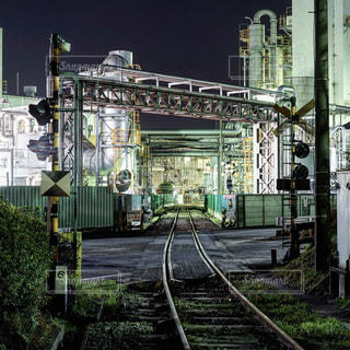 電車は建物の脇に駐車します。の写真・画像素材[1703984]