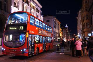 街の通りの 2 階建てバスの写真・画像素材[1703987]