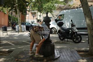 男性,30代,水,男,蛇口,旅行,井戸,水道,スペイン,バルセロナ,一人旅,ひとり旅,水飲み,水分補給,旅行者