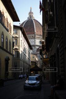 車で狭い街は建物の脇に駐車の写真・画像素材[1837877]