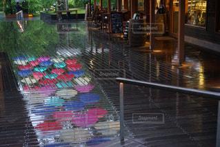 雨,傘,反射,梅雨,6月,軽井沢,カラー,ウッドデッキ,雨の日,傘の道,カラフル傘