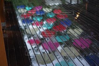 雨,傘,水面,反射,リフレクション,梅雨,6月,天気,カラー,ウッドデッキ,雨の日,カラフル傘