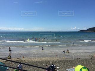 水の体の近くのビーチの人々 のグループの写真・画像素材[734978]