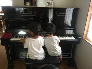 ピアノを弾く小さなカップル - No.808089