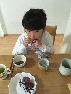 ぶどうを夢中で食べる娘 - No.841060