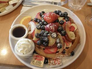テーブルの上に食べ物のプレート - No.888495