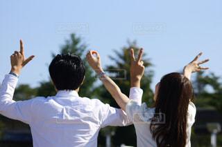 フリスビーをキャッチする空気に達する人の写真・画像素材[764204]