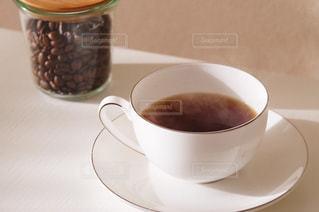 テーブルの上のコーヒー カップの写真・画像素材[946780]