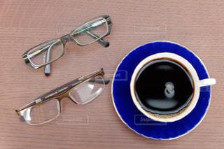 コーヒーとメガネ 1日の始まりの写真・画像素材[1351138]