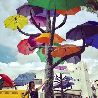 カラフルな傘とわたしの写真・画像素材[738043]