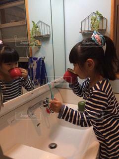 鏡の前で彼の歯を磨く娘の写真・画像素材[762926]