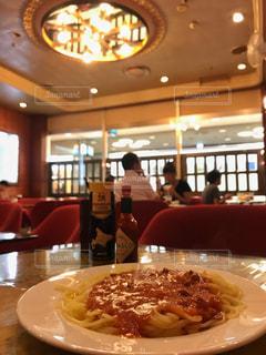 レストランのテーブルの上に食べ物のプレートの写真・画像素材[739796]