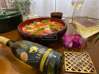 白ワインとちらし寿司の写真・画像素材[4309055]