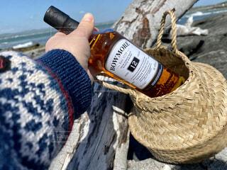 飲み物,海,お酒,屋外,手,バスケット,旅行,旅,かご,ボトル,ウイスキー,ドリンク,かごバッグ