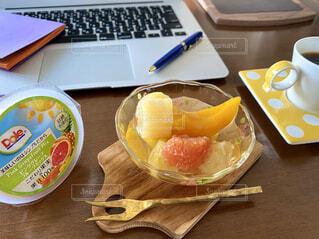テーブルの上にのっているフルーツの写真・画像素材[4805937]