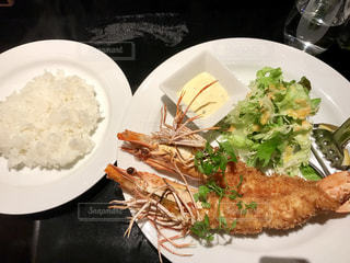 テーブルの上に食べ物のプレートの写真・画像素材[742335]