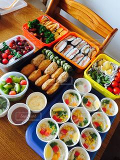 テーブルの上に食べ物の種類で満たされたボウルの写真・画像素材[809522]