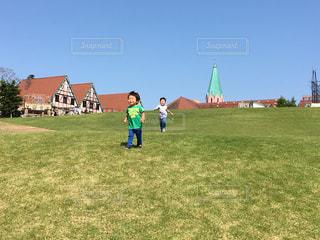 フィールドに凧の飛行少年 - No.817539