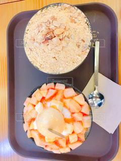 テーブルの上に食べ物のボウルの写真・画像素材[738555]