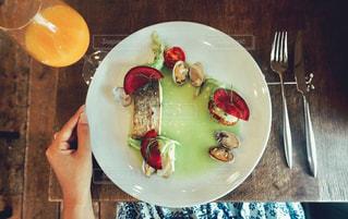 テーブルの上に食べ物のプレートの写真・画像素材[738970]