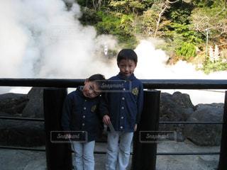 湯けむり温泉の前でパシャり!の写真・画像素材[800708]