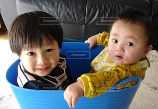 洗濯カゴに入った男の子兄弟の写真・画像素材[843615]