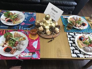 テーブルの上に食べ物のプレートの写真・画像素材[738946]