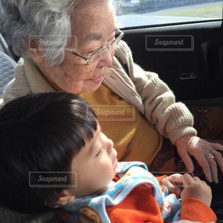 車に座っている赤ちゃんの写真・画像素材[741403]