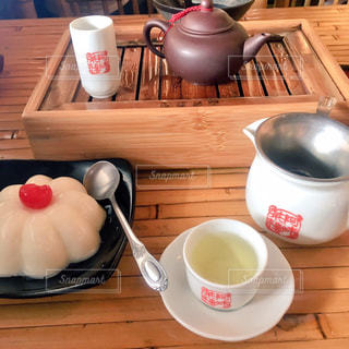 木製テーブルの上のコーヒー カップ - No.920050