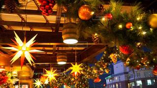 クリスマス ツリーの横に座っているトラフィック ライト - No.921824