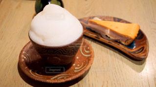 木製テーブルの上のコーヒー カップ - No.933754
