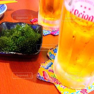 ボトルとテーブルの上のビールのグラス - No.937294