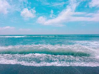海で波に乗っている男の写真・画像素材[1314311]
