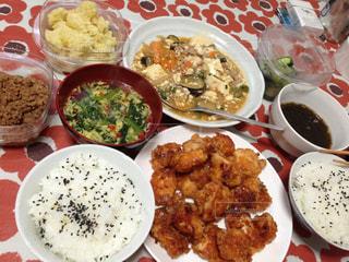 テーブルの上に食べ物の写真・画像素材[778873]