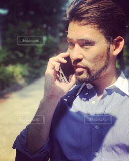 携帯電話で話す人の写真・画像素材[740281]