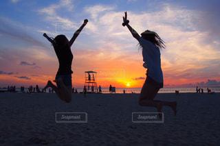 自然,海,砂浜,夕焼け,ジャンプ,夕暮れ,海辺,夕陽,マジックアワー,ジェスチャー